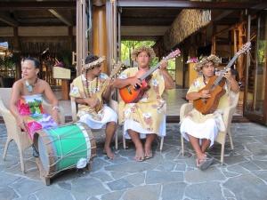 imagemúsicos polinésios alegrando o café da manhã