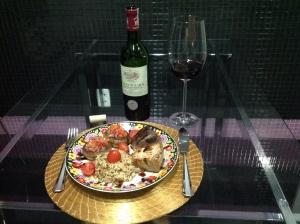 Atum, cogumelos recheados e arroz sete grãos, harmonizado com um tinto