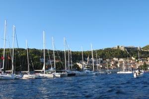 Ilha de Hvar com suas inúmeras embarcações, acima, visão do Forte