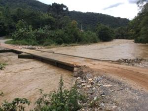 Rio Itajaí-Mirim cheio a ponto de tocar a ponte.