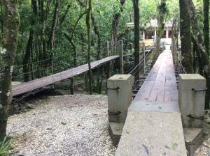 Pontes que levam à gruta e á cachoeira
