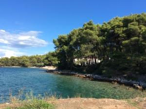 Praia próximo ao Porto de Stari Grad